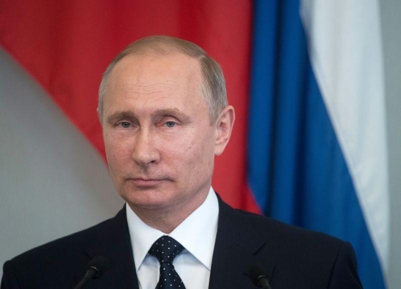 Владимир Путин поздравил Главу Мордовии Владимира Волкова с Днем России